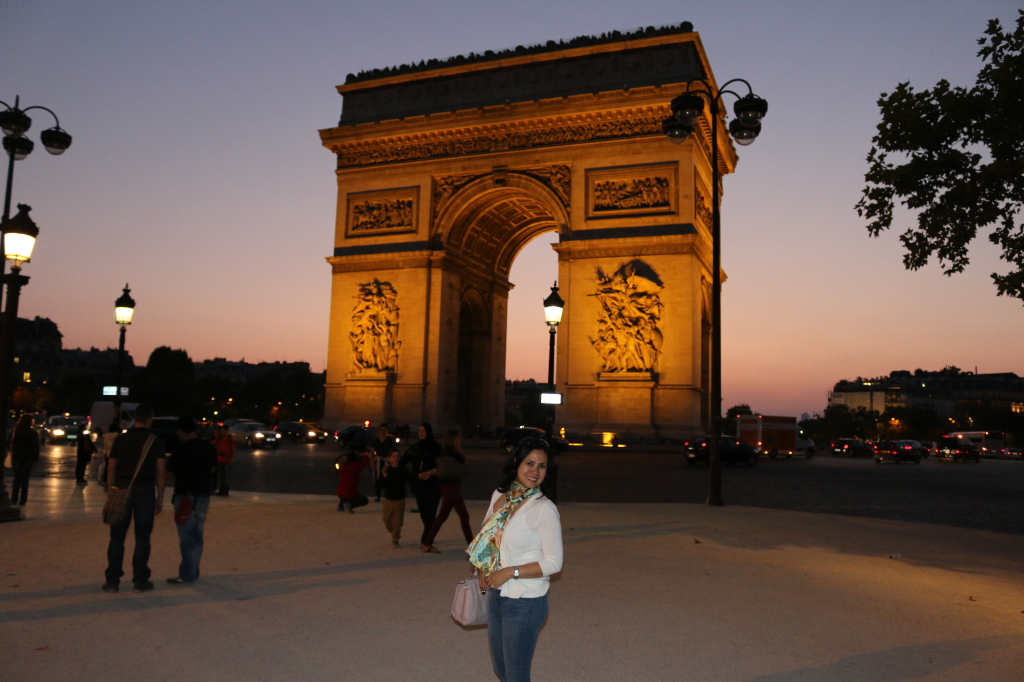 A pose in front of the Arc de Triomphe