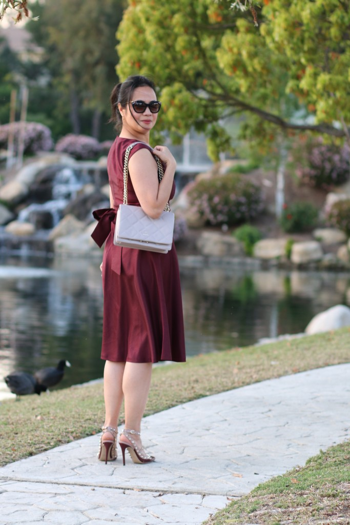 How to Accessorize a Burgundy Dress in Spring